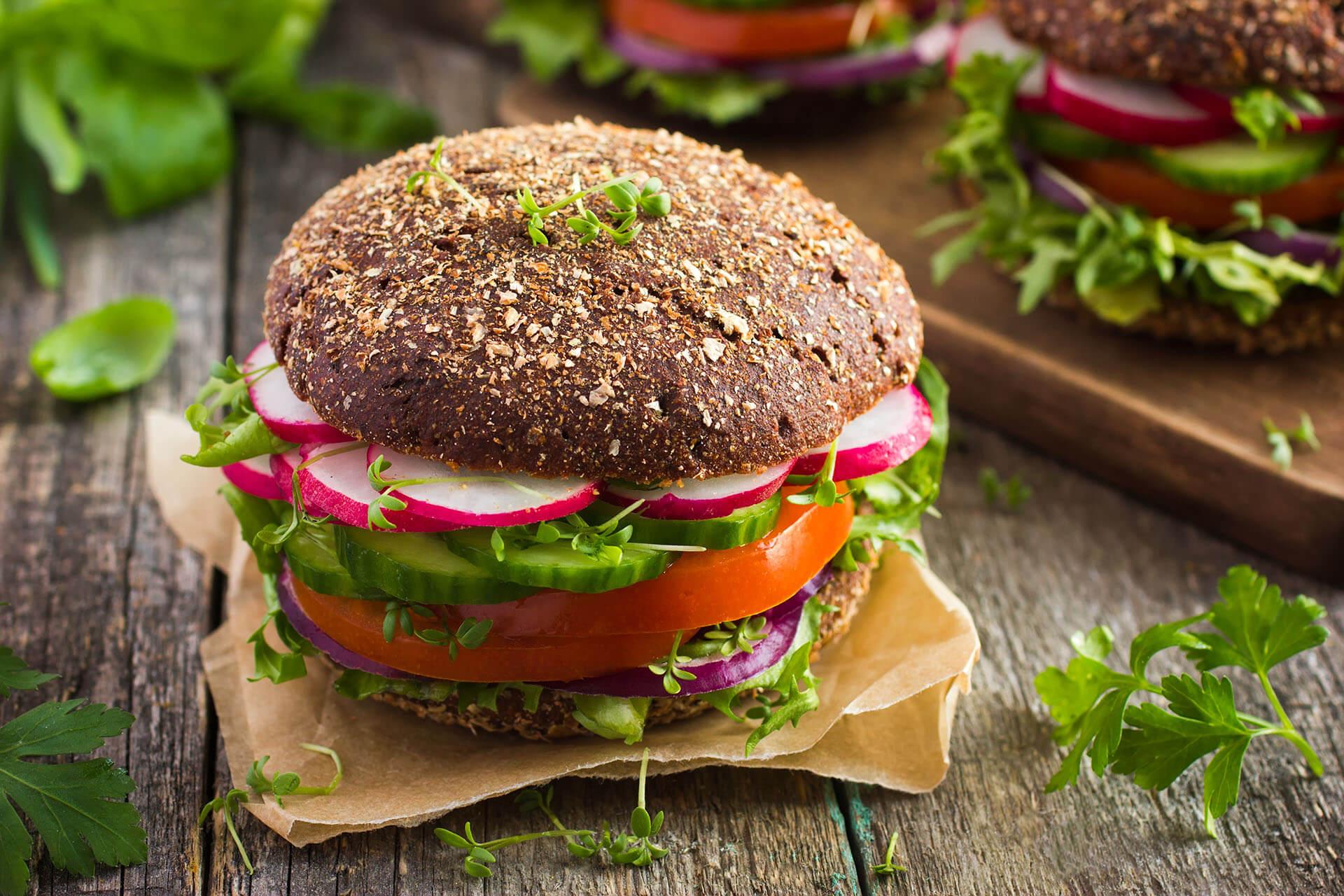 Leckerer veganer Burger mit Roggensemmel